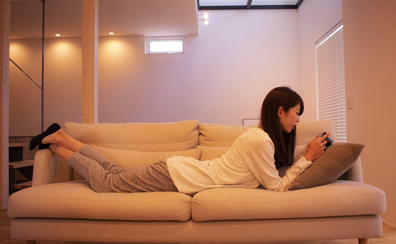ソファーでくつろぐ女性